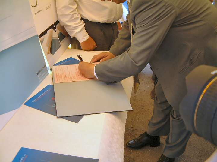 The Minister Daerden signs the order for the new bridge.